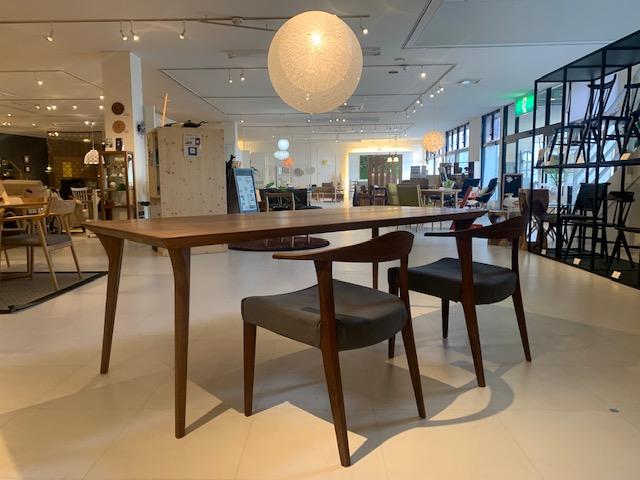 ~洗練された美しいデザインのダイニングテーブルが再入荷!!~